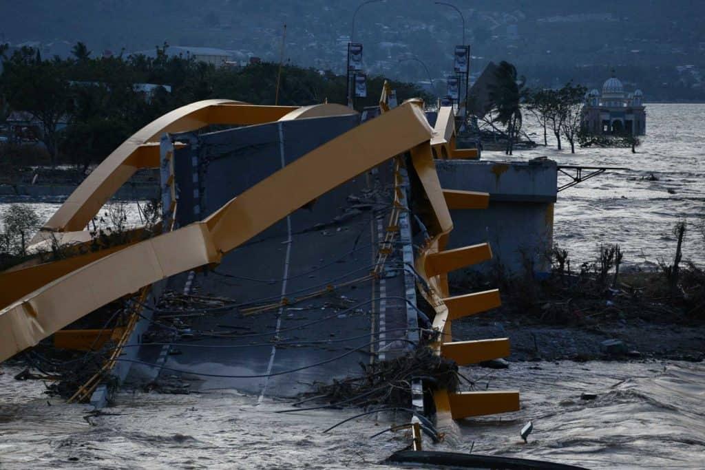 pemandangan jembatan kuning setelah gempa